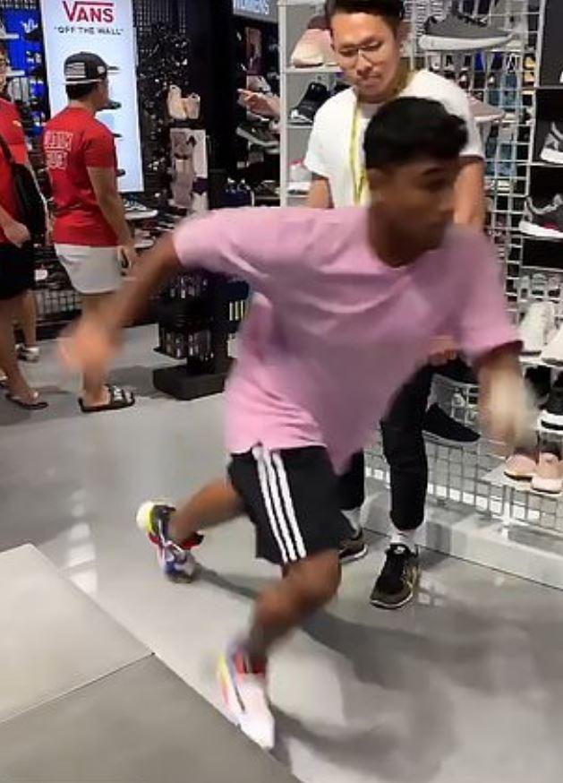 嚇尿片/小壞壞客人套新鞋試穿 下秒狂奔「定點來回跑」店員直接嚇到眼眶閃淚光!