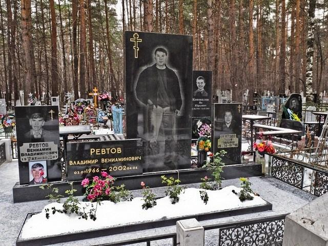 俄羅斯黑幫太霸氣!整尊亡者「刻成直立式墓碑」 跑車小弟通通弄成超美雕刻一起帶走