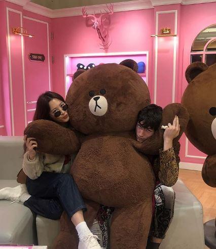 真的變情人出遊?《怪獸2》娜吉妮❤魁登斯開心韓國玩 跟熊大拍照閃爆粉絲~