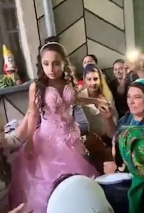 吉普賽婚禮超盛大 走近看「10歲新郎娶8歲小妹妹」大人還貼心喊:先把玩具放下要結婚了!