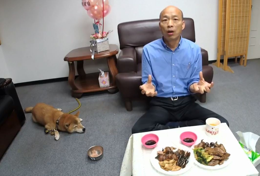 可愛花絮片/聽政見好無聊...韓國瑜感謝愛犬陪直播 大喊「米魯!」讓牠挫到抖一下XD