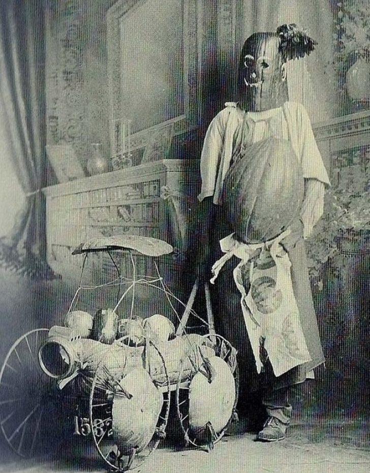 100年前萬聖節打扮「本身就是一個鬼故事」 燭台小姐僵硬的身體讓你忍不住想確定呼吸!