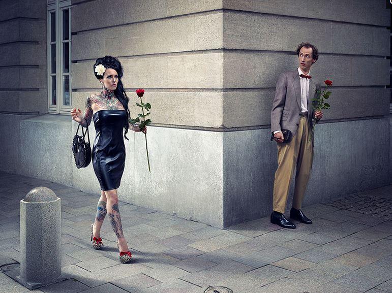 20張「隱喻滿滿卻酸到不行」的諷刺現實攝影藝術照 右邊紅白膠囊就是你跟我