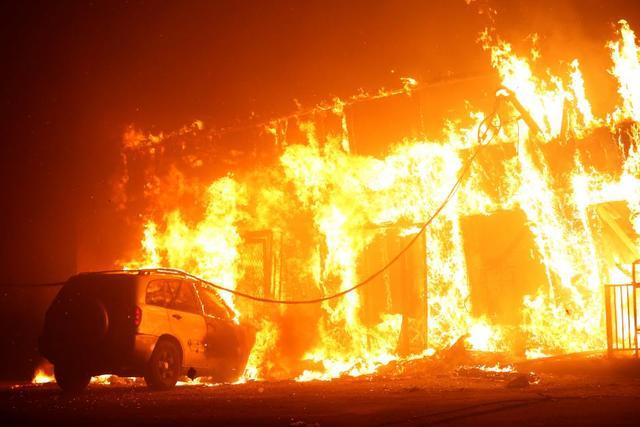 7天烈焰蔓延加州 她帶女兒「逃離生活天堂」車上唱歌安撫:我的寶貝~沒事的...眼眶卻帶著淚