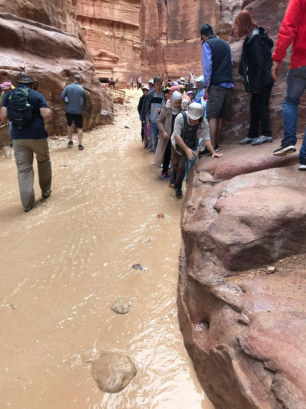 世界七大奇景「佩特拉古城」瞬間淹沒 沒被沖走的遊客只能靠攀岩求生!