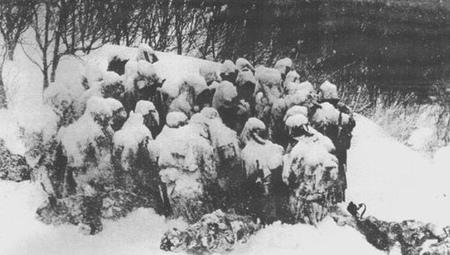 他們下雪天摸黑回飯店 巧遇「凍到僵硬」日本兵喊:我想回家...送上羽絨外套後消失時空!