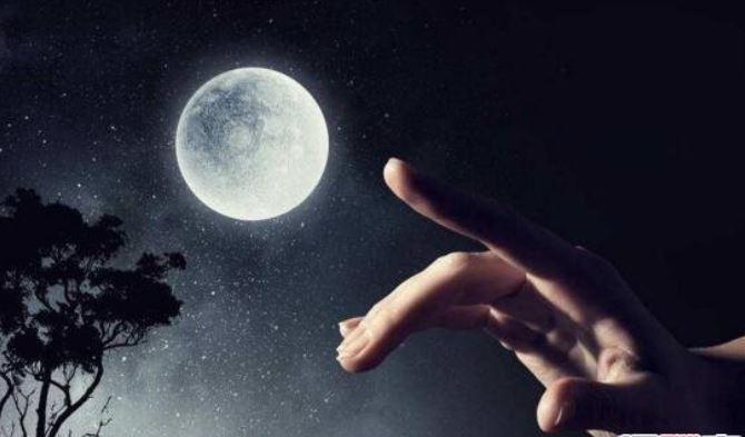 小時候都被嚇「指月亮會被割耳朵」!神話故事根本是一個「惱羞網美」的荒謬劇