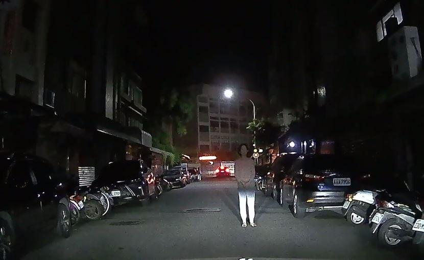 他開車回家見「蒼白人柱」卡路中間 連叭29秒發覺表情空洞到不對勁...