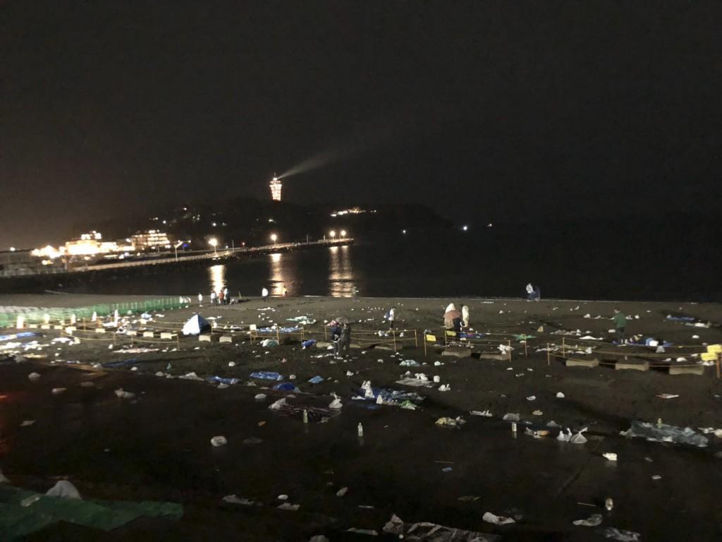 日本乾淨印象大崩壞!煙火大會結束 沙灘上「垃圾派對才開始」照片丟臉到國外
