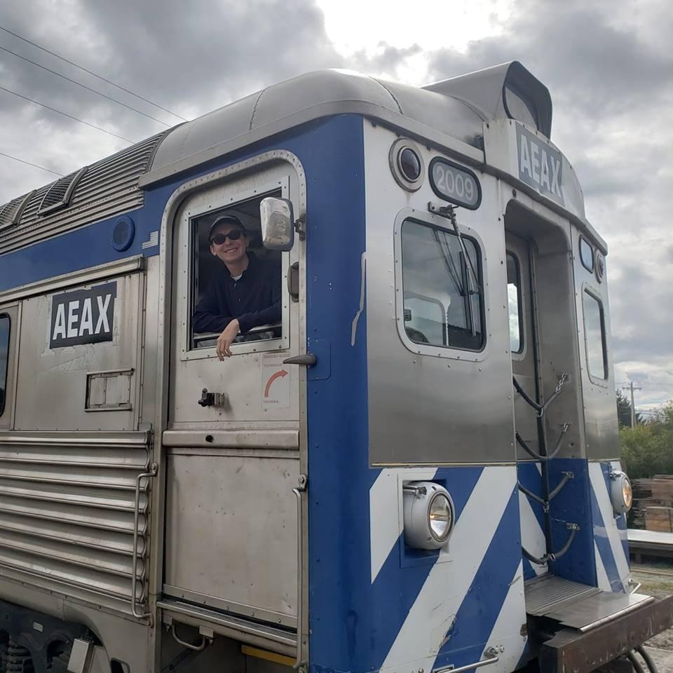 3年來一直對火車揮手!金髮小女孩「突然消失」 列車長直衝建築卻發現感人真相