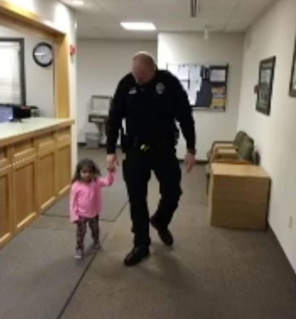 出席聽證會2歲女兒沒人顧...陌生人突然提議「要不要我幫忙」  步出法庭後臉都變了!