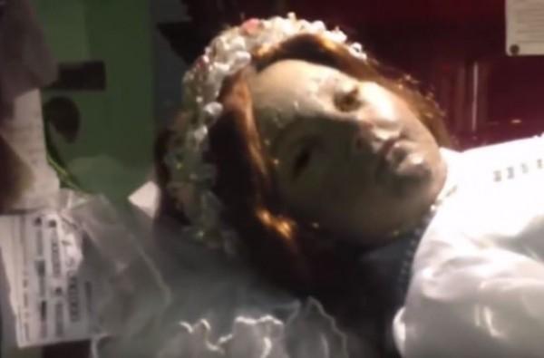 老娘睡醒片/教堂「沉睡的300歲女孩」 鏡頭竟拍到睜眼5秒...遊客嚇哭:抱歉是我太吵!