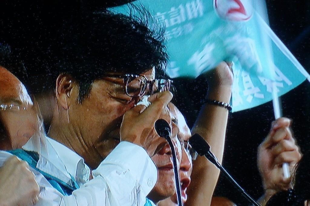 差7萬票!陳其邁宣布敗選「感謝韓國瑜市長」 粉絲台下爆哭狂喊:不要放棄!