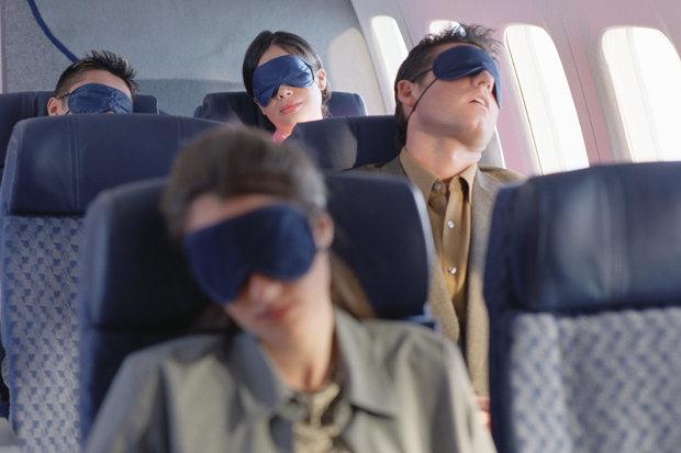 航空公司遇到「乘客上突然沒心跳」的3種應對法 坐你旁邊的沉睡陌生人...千萬不能碰祂!