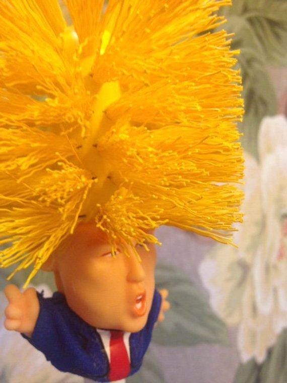 聖誕禮物首選「川普馬桶刷」!超爆黃色頭髮實用性100分 網友搶瘋了:突然愛上刷馬桶了呢~