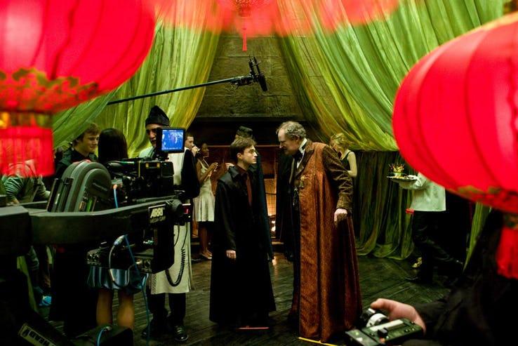 25張《哈利波特》「讓你再也回不去」的幕後照 鄧不利多下戲竟要用特殊機關保護大鬍子!