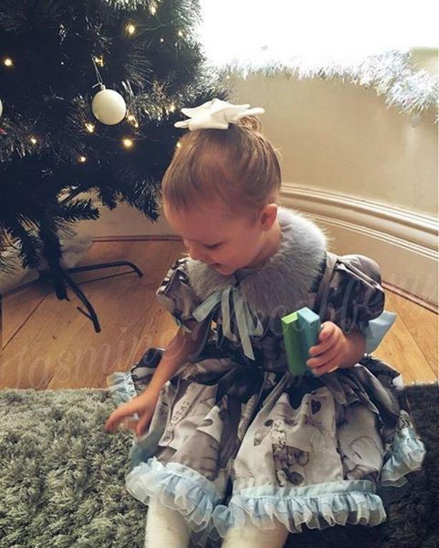 小女孩穿「印滿弟弟照片」的裙子送他最後一程 爸媽問弟弟在哪?她手指向衣櫃:在那裡呀