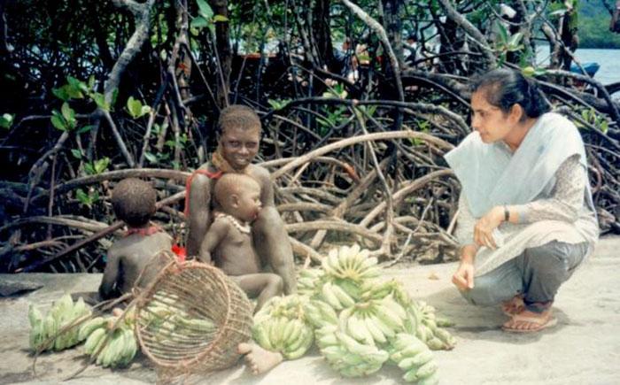她是唯一征服「與世隔絕50000年部落」的奇人 撿起椰子的那瞬間...完全變成自家人招待