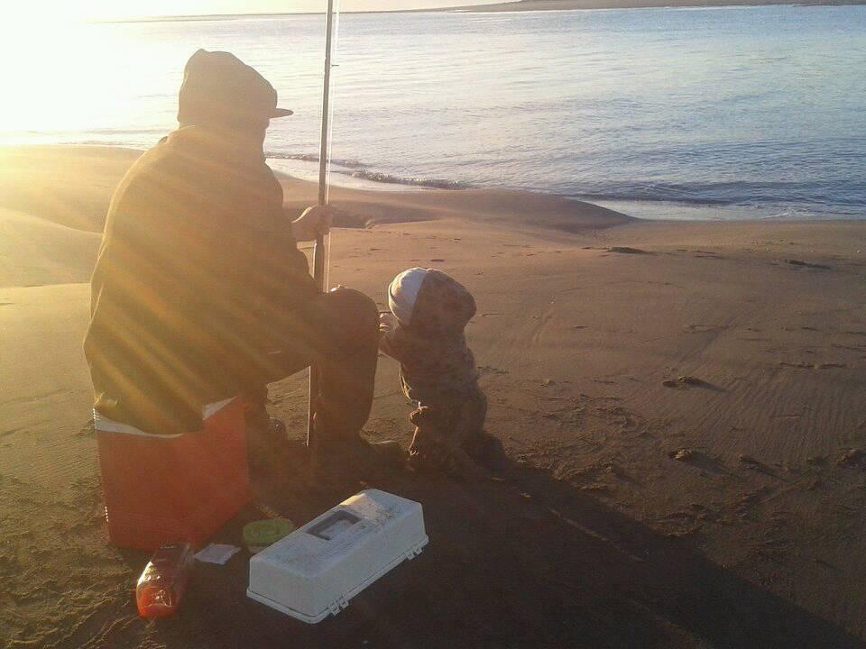 漁夫捕魚「撈到超精美陶瓷娃娃」扯一下竟然動了...夫妻崩潰:我的兒啊