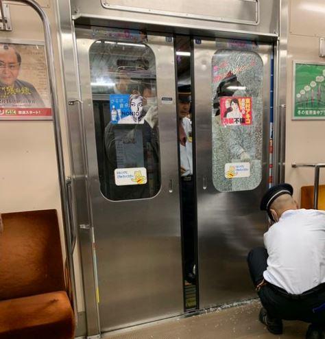 日本上班族「把電車玻璃擠爆」!誤點瞬間變跨年現場 前排差點被「下水餃」擠落月台
