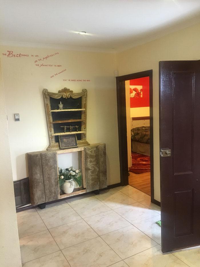 翻修買了2年的房子才發現「整屋都是紅色塗鴉」 牆壁用紅漆寫滿同一個名字...還蓋不掉!