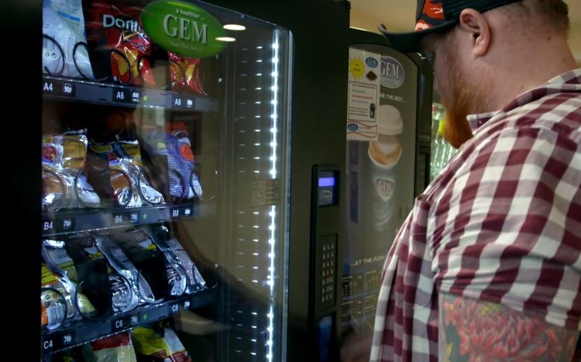 零錢投進販賣機「一路滾到哪」 他側拍機器內超高科技裝置...難怪假錢通通吐出來!