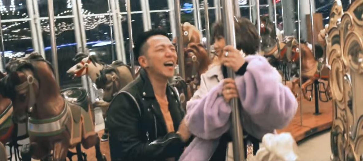 聖誕節MV驚喜彩蛋!大飛哽咽求婚...楊晨熙甜笑擦眼淚 「她說好」影片閃瞎網友