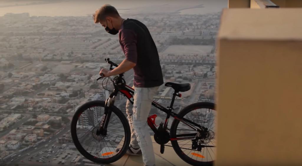 冷汗片/耍帥哥328M騎極限腳踏車 沿「60cm窗邊旋轉龍頭」挑戰風力&死.神的耐心