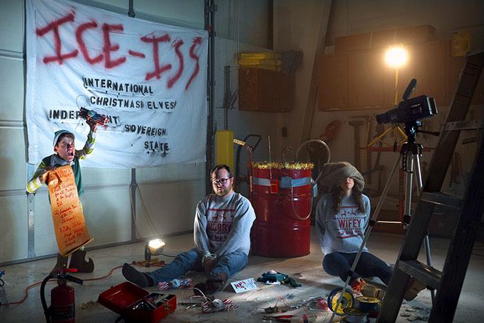 他連續10年準時寄「自製黑暗版祝賀卡」 2017年的「ICE ISS」讓老媽笑到差點報警!