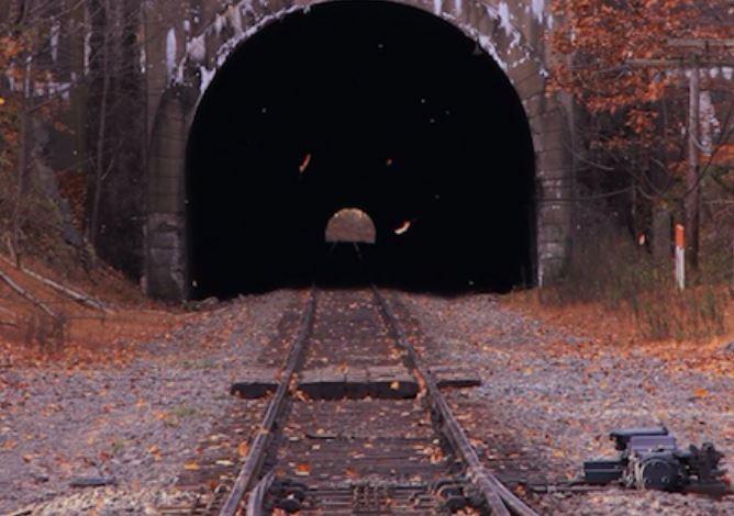 逃票逃上癮!捲髮哥藏火車頂躲驗票 被橋墩「攔腰分2半」身體2個月後才找齊