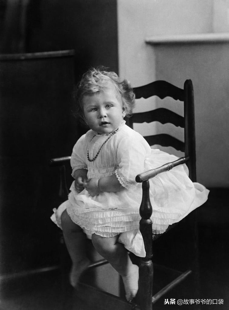英國女王6歲玩具被公開 「陶瓷洋娃娃」被抱在懷裡的照片...詭異氣氛有點顫慄!