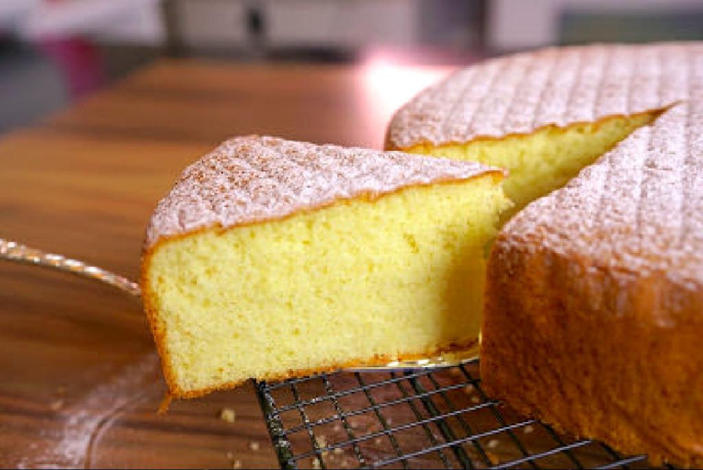 試吃蛋糕卻整顆空心 饑渴姐:蛋糕裡面的「海綿體」呢?智商直接讓店員白眼...