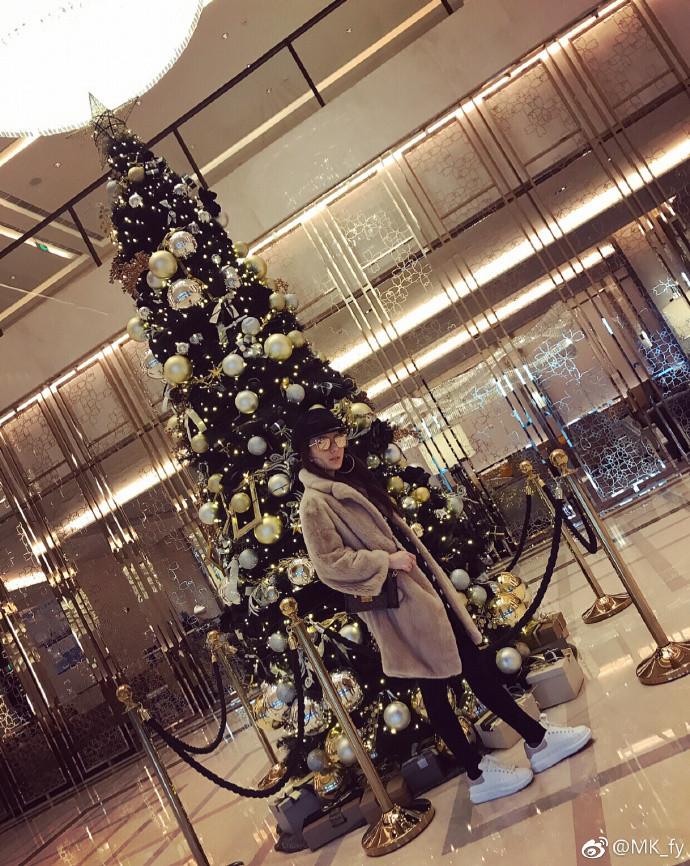 郭富城甜蜜摟愛妻拍照 網友驚見「詭異右手」嚇壞:根本沒把天王放眼裡!
