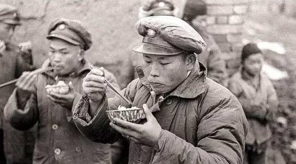 二戰的士兵吃什麼過活?義大利人「把出征當野餐」 中國人那一鍋...心酸到想哭
