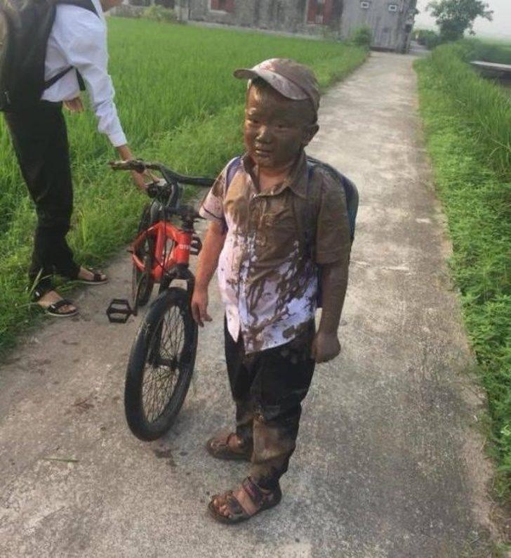 19張「讓媽媽想塞回子宮」的調皮小孩 腳踏車才騎1秒就變泥巴人...