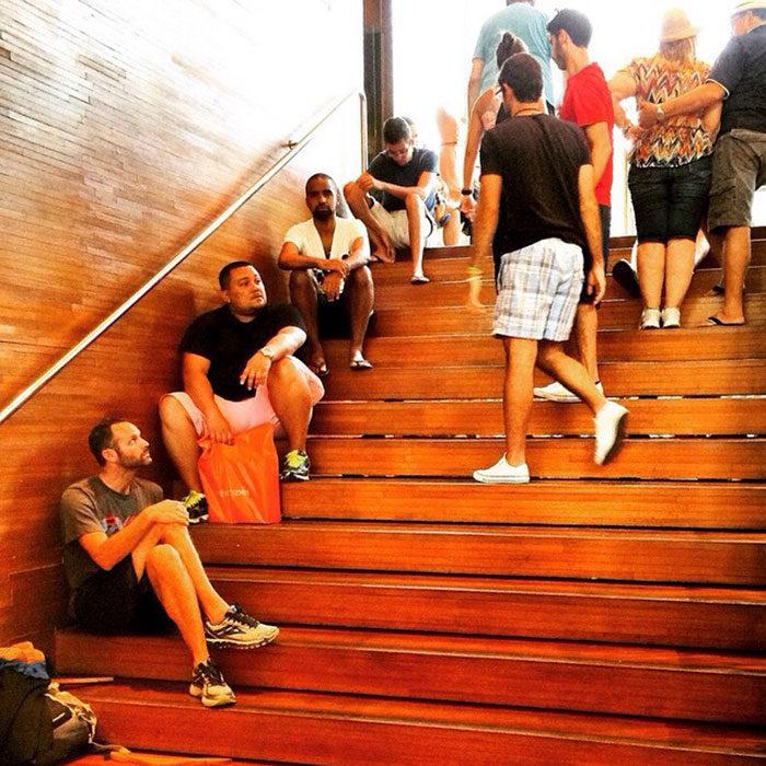 23張人生完全迷失方向的「陪女友逛街的崩潰男」 整個樓梯都佈滿著厭世臉!