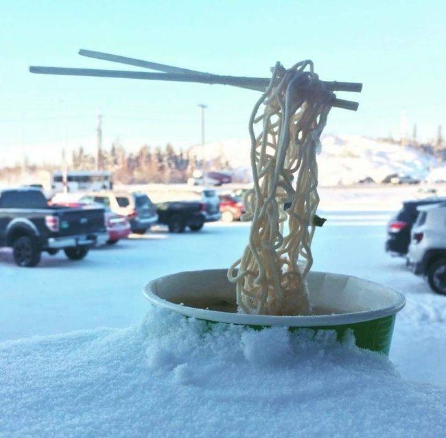 27張台灣無法感受的「極級寒冷體驗」 在室外吃麵到一半...有隱形的手拿起筷子!