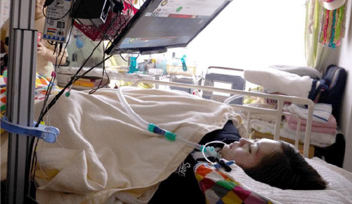 超用心的發明!日本想出讓「身體不能動」的人當服務員的方法 即使躺在床上也可以工作