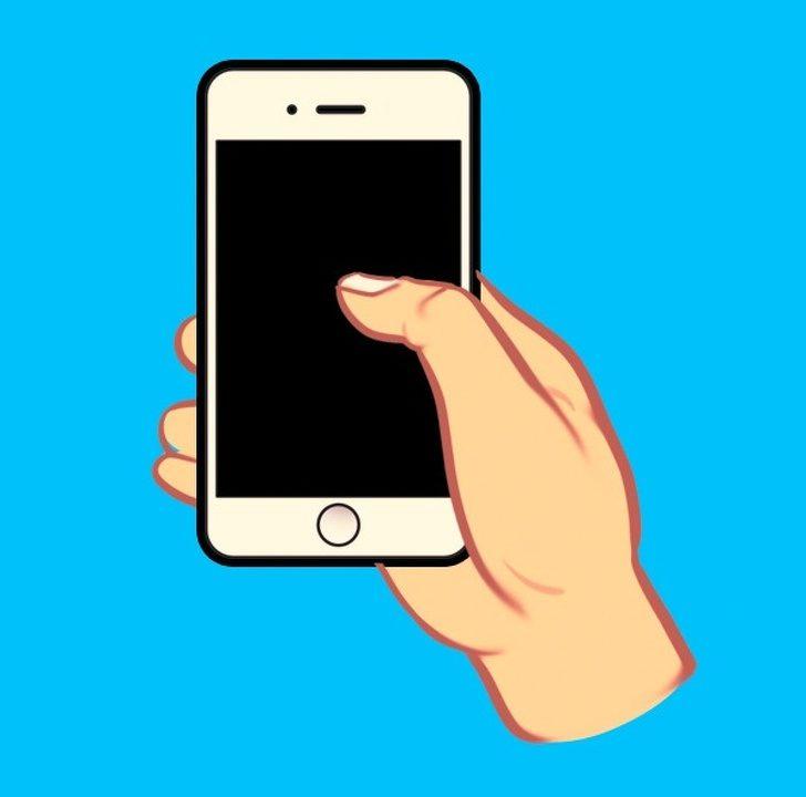 滑手機姿勢揭露你「最真實個性」! 雙手拿手機的人感情最容易不順QQ