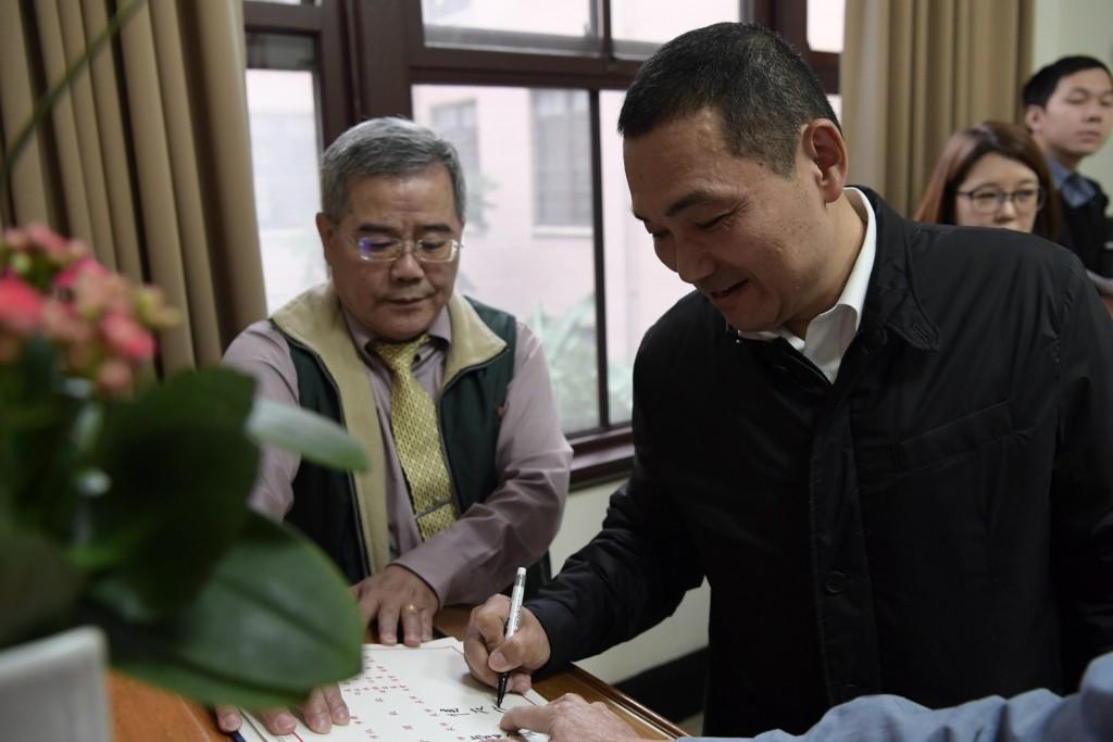 六都市長首次出席院會「簽名成大亮點」 字跡讓網歪樓:柯文哲根本小學生XD