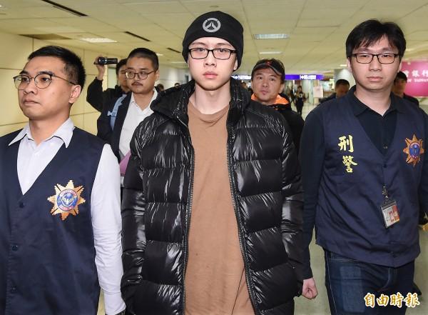 孫安佐降落台灣機場「明星等級媒體接機」 露詭異笑容跟老爸借手機:我想玩一下啦!