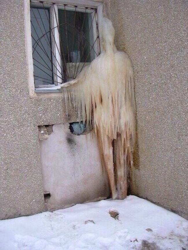 17張證明「冰雪世界絕對不是浪漫」的照片 光是像小偷的人結冰在門口...真的會嚇到哭