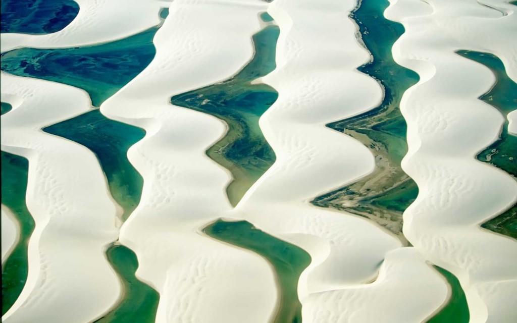 「世界最美沙漠」夢幻白色沙丘覆蓋 夏天映出童話裡的藍綠色小湖♥