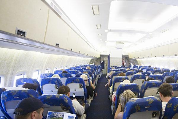 行前教育都白上了!孫子帶阿公出國玩 他竟在起飛後要求空姐「做不該做的事」