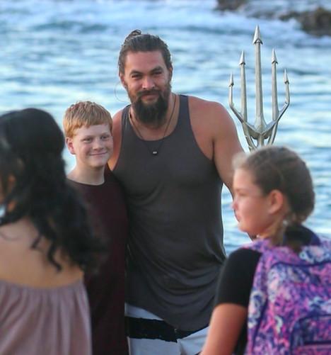 水行俠被捕捉在夏威夷!傑森摩莫亞「握三叉戟亂入婚紗拍攝」 瞬間變電影宣傳照