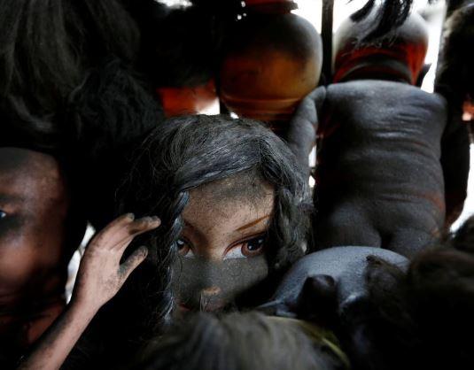 他把洋娃娃塞滿陽台「整面滿滿的頭」 眼神空洞凹陷...經過以為自己「走進地獄」