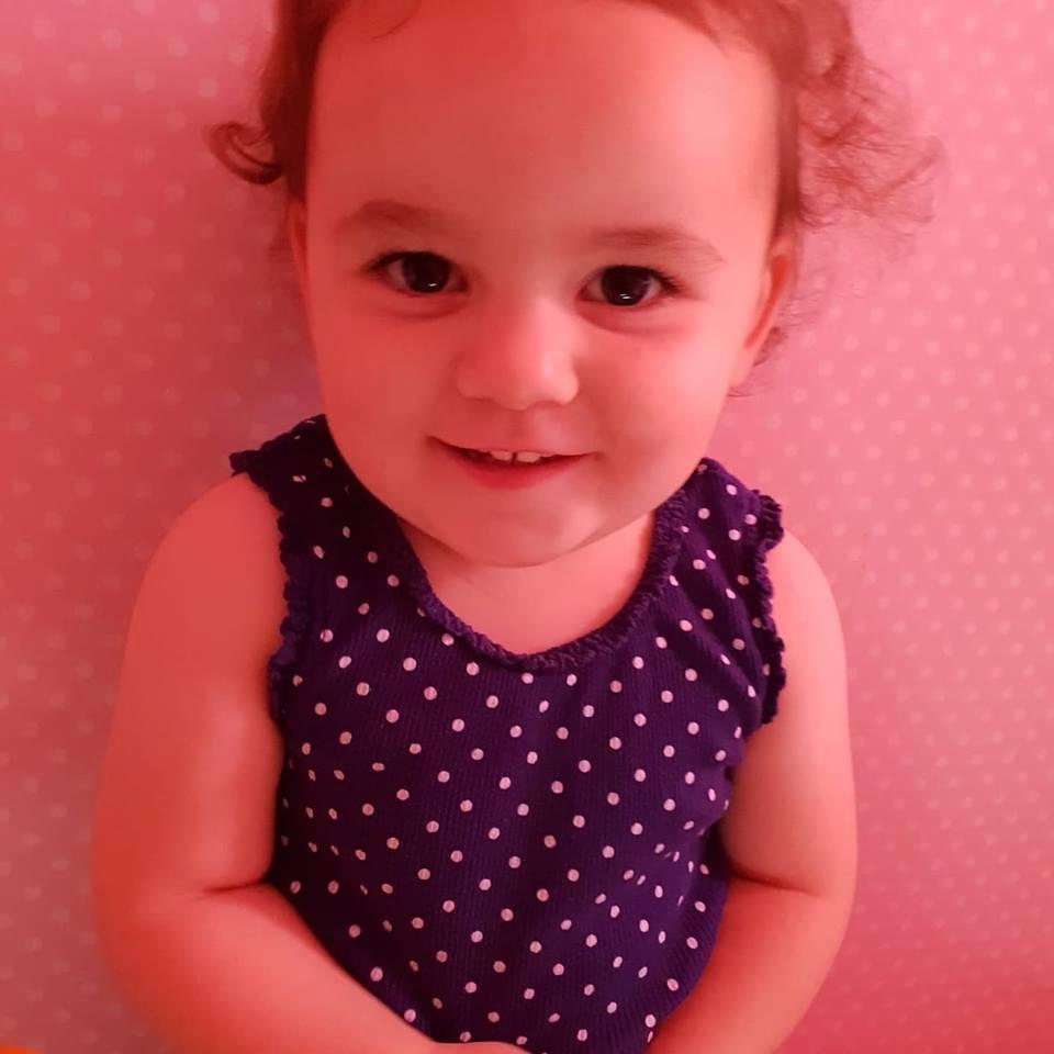 2歲小萌妹「臉朝下從窗台掉到樓下」大家急報警 老爸竟超人般衝出...雙手打開接住!
