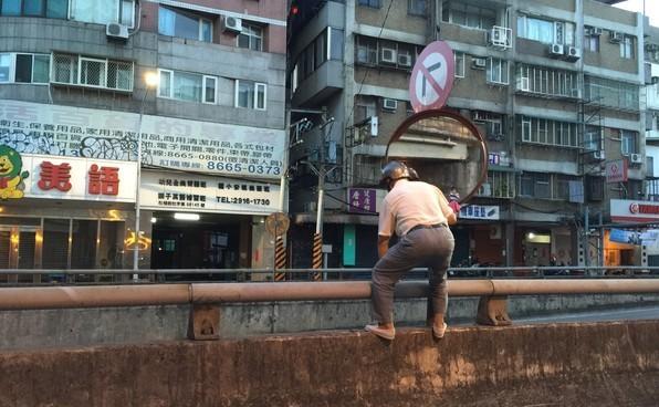 每天凌晨4點出門擦鏡子!76歲阿伯「7年擦10萬面反光鏡」 忘不了的那一幕讓他變成活菩薩!