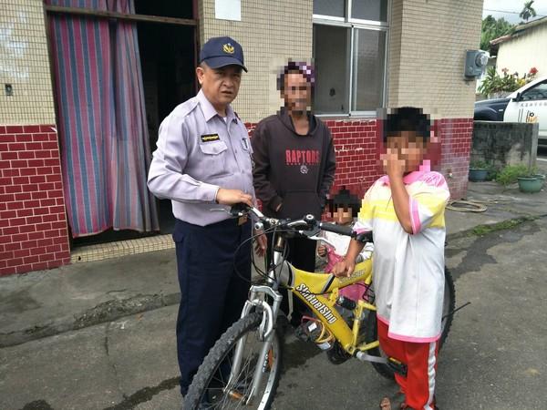 真的好想把拔~小男孩冷冬「就是要見住院的爸爸」 腳踏車狂騎14KM...最後警車含淚送回家