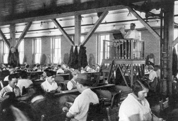 10種被時間淘汰「你不敢相信曾經存在」的超詭異職業 在工廠裡講故事的人!